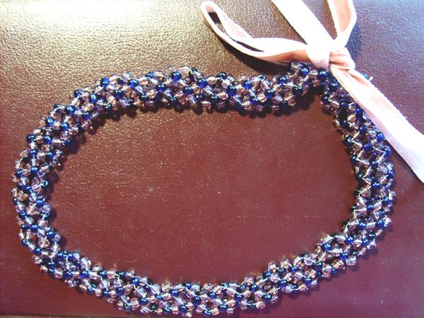 Красивый вязанный жгут из бисера с узором змеи.